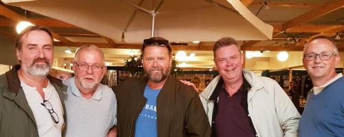 """Peter Gantzler i """"Arvingerne"""" med hans 4 venner"""